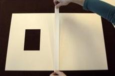 3. Une la ventana y la trasera en el lado largo de la parte interior con cinta de lino con adhesivo al agua. Cierra la carpeta mientras la cinta está húmeda. Recorta el exceso de cinta.