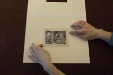 5. Coloca la obra sobre la trasera de la carpeta. Cierra la carpeta y comprueba la posición de la obra a través de la ventana.