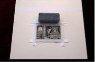 5. Pasa las tiras horizontales a través de las tiras verticales. Pon peso sobre las tiras para que no se muevan cuando las pegues.
