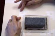 6. Pega las tiras y las lengüetas a la trasera con cinta de papel o lino con adhesivo al agua.