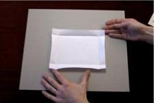 2. Desdobla el papel y retira la obra.