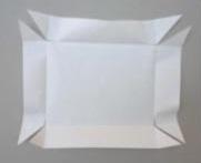 3. Corta cada esquina diagonalmente. Corta 1 cm horizontalmente en los bordes superiores de cada esquina. Corta 1 cm verticalmente en los bordes inferiores de cada esquina.