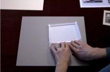 4. Haz dos dobleces a lo largo de cada borde en forma de acordeón.