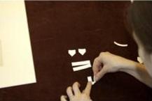 1. Corta y dobla cuatro tiras de papel de alta calidad en forma de esquinas.